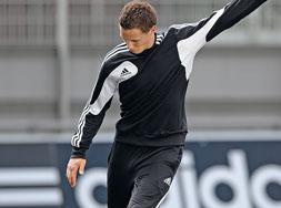 Als Adidas Condivo 12 Sportartikel das Sweattop und Sweatshirt der Teamlinie