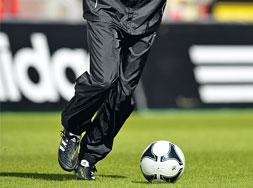 Als Trainingsbekleidung die Adidas Core 11 Regenhose bestellen