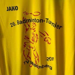 Das Turnier Logo als Bedruckung auf dem Badminton Shirts