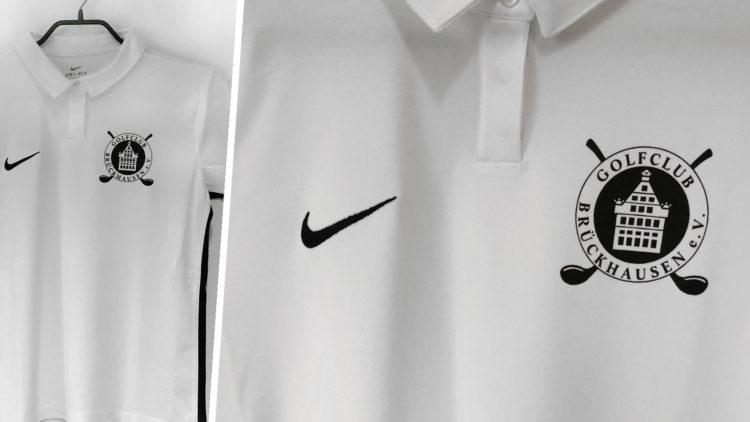 Das weiße Nike Golf Poloshirt mit Club Wappen Bedruckung in schwarz
