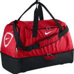 Die Nike Club Team Hardcase Sporttasche mit Bodenfach in rot