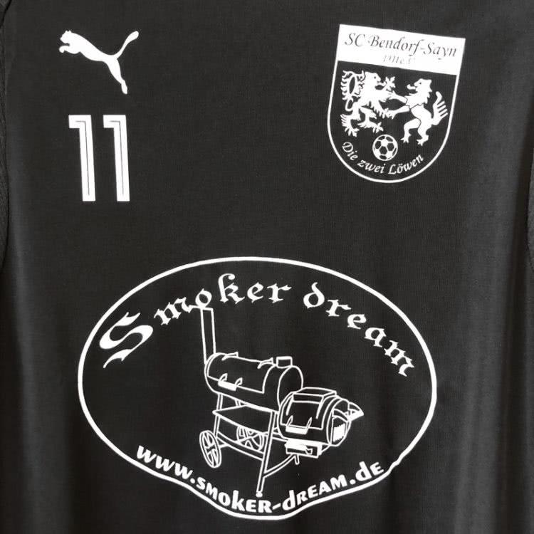 Die Puma Shirts mit Sponsor + Wappen + Nummern Aufdruck