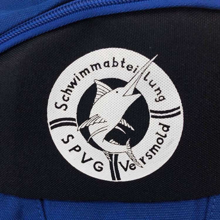 Die Rucksäcke mit Logo der Schwimmabteilung