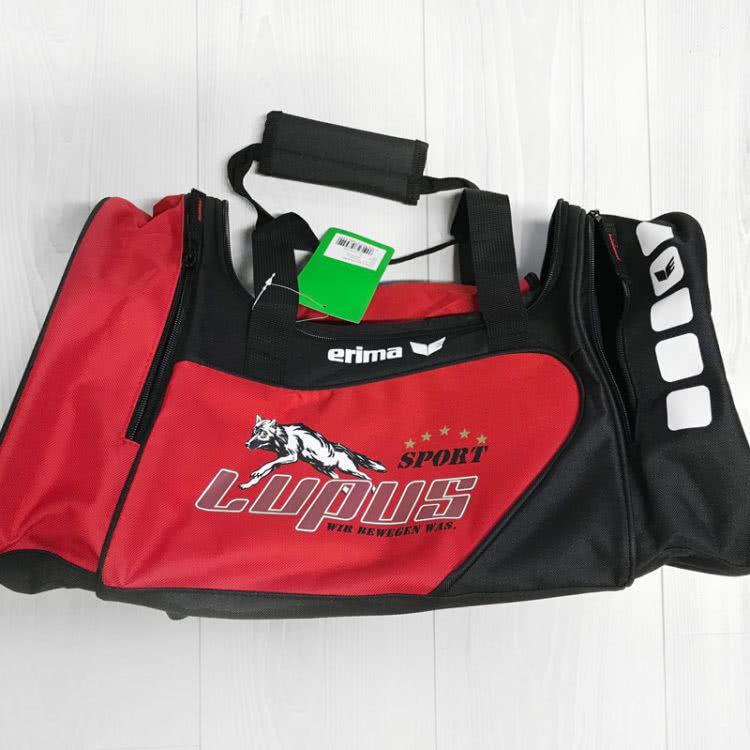 Die Sporttaschen mit farbiger Bedruckung