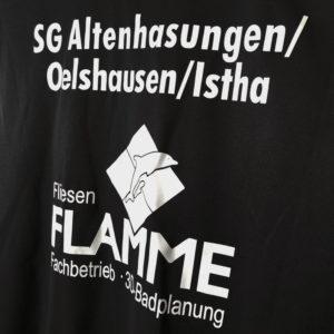 Die Bedruckung mit Vereinsnamen und Sponsor bei den Shirts der SG Altenhasungen/Oelshausen/Istha