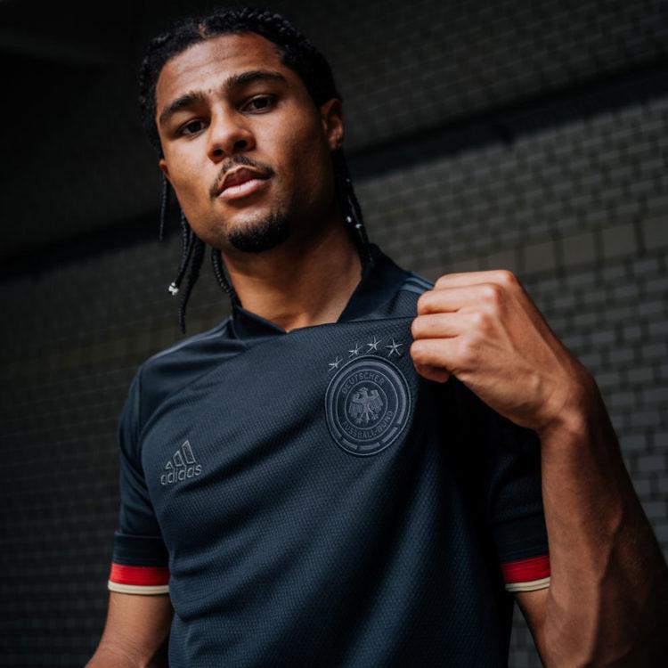 das schwarze adidas DFB Trikot Euro 2020 mit Serge Gnabry