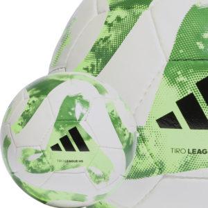 Der adidas Tiro Match Ball als Trainingsfußball mit Handnaht