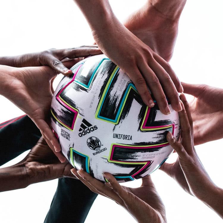 Der adidas Uniforia Match Ball steht für den Zusammenhalt Europas