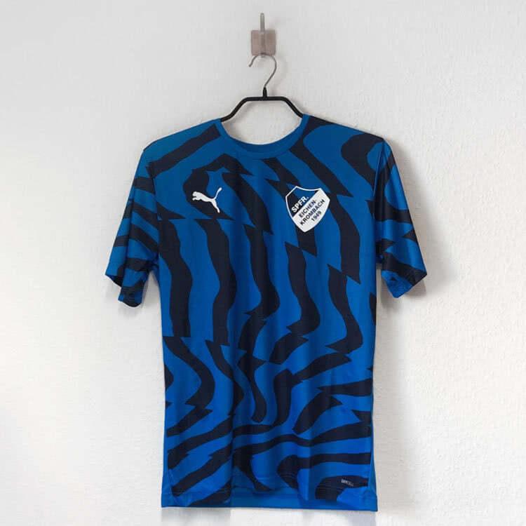 Die blauen Puma Trikots mit Vereinslogo bedruckung