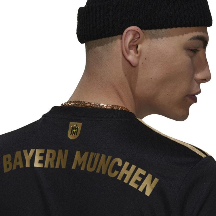 das FC Bayern Trikot in schwarz mit gold