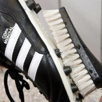 Die Fußballschuhe waschen sollte man mit Wasser