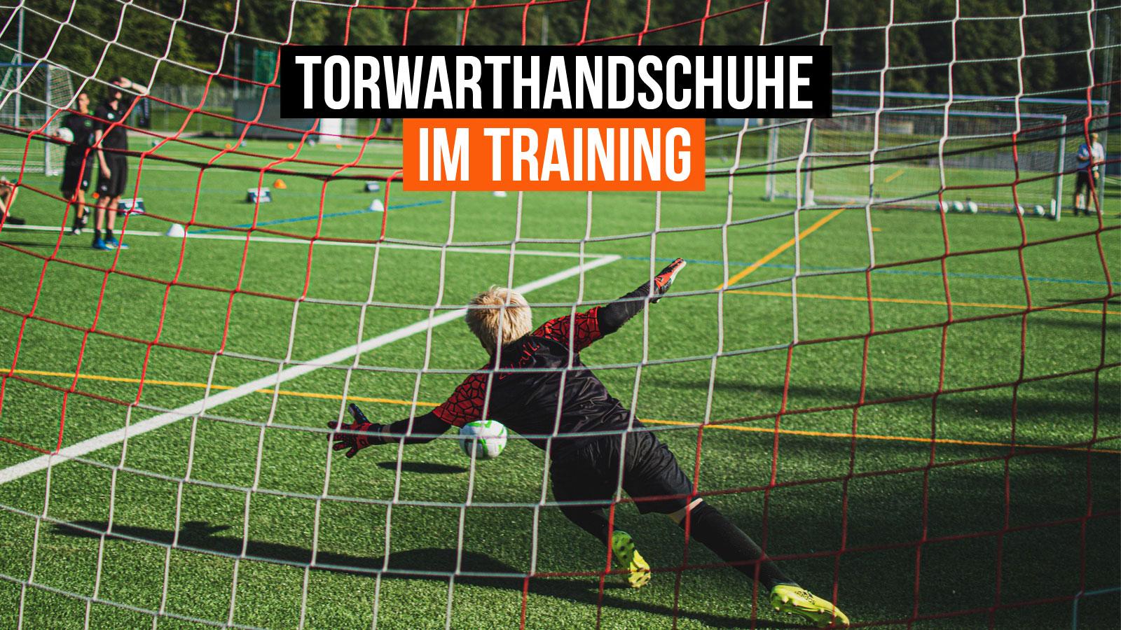 Neue Torwarthandschuhe im Training tragen