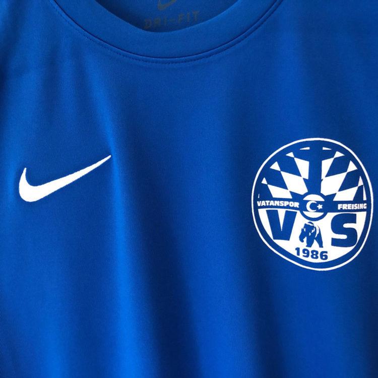 Das Nike Jersey von Vatanspor mit dem Vereinswappen auf der Brust