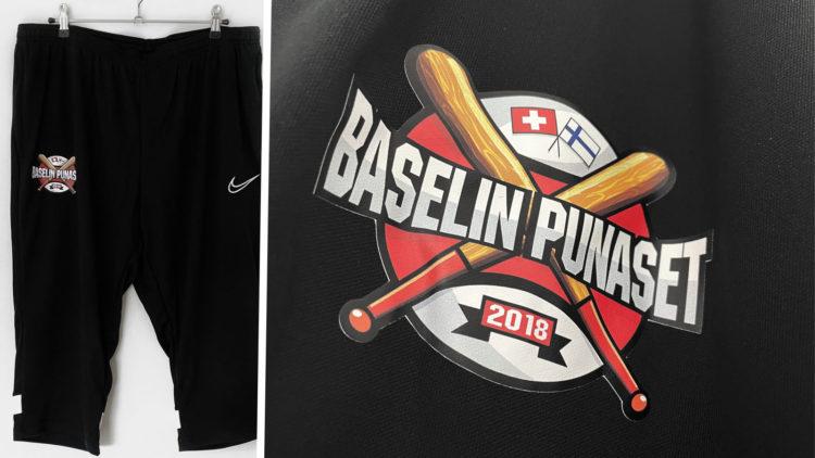 die schwarze Nike Trainingshose mit farbigem Logo Aufdruck