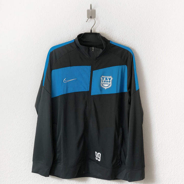 Die Nike Trainingsjacke mit Vereinslogo auf der Brust
