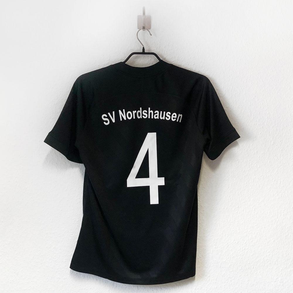 Der Vereinsname und die Nummern bei der Nike Trikot Bedruckung