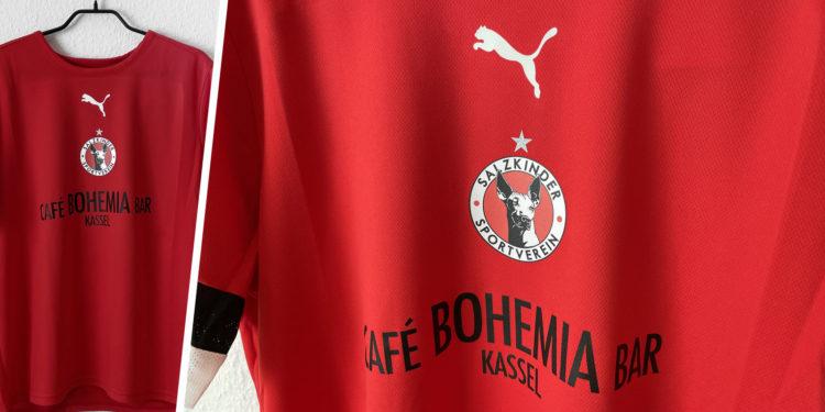 rote Puma Trikots mit Vereinslogo und Werbung als Bedruckung.